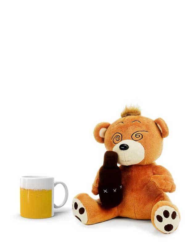 pijani medo i šalica za pivo